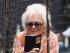 En esta imagen de archivo del 3 de mayo de 2015, la ex primera dama Barbara Bush hace fotos con su celular antes del partido entre los Marineros de Seattle y los Astros de Houston en Houston, Texas. Bush hizo campaña en favor de la alfabetización en su 90no cumpleaños respaldando un desafío de X Prize and Dollar General. El programa desafía a los desarrolladores a crear una aplicación móvil para mejorar la alfabetización de adultos. (AP Foto/George Bridges, Archivo)