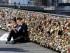 Unos recién casados visitan el Pont des Arts en París, Francia, el 16 de abril de 2014. La ciudad planea desmantelar el lunes 1 de junio el popular puente donde miles de enamorados colocan candados como símbolo de amor, después que el año pasado se cayera un pedazo de la reja debido al peso de los candados del amor. (Foto AP/Remy de la Mauviniere, File)