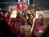 Simpatizantes del gobierno con carteles electorales participan en un ciierre de campaña del gobernante partido socialista en Caracas, Venezuela, el viernes 26 de junio de 2015. El Partido Socialista Unido de Venezuela (PSUV) elige el domingo a sus candidatos para los comicios legislativos, que se realizarán en diciembre. (Foto AP/Ariana Cubillos)