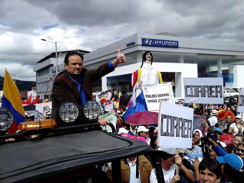 El Prefecto de Azuay, Paul Carrasco, lidera marcha contra el gobierno en Cuenca, el 27 de junio de 2015.