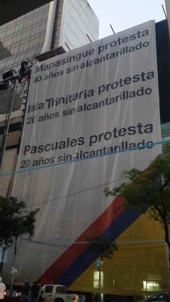 Cartel en la avenida 9 de Octubre y Pichincha, el 25 de junio de 2015. Foto tuiteada por @JorgeMachenoG