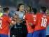 El jugador de Uruguay, Edinson Cavani, tercero desde la izquierda, discute con el jugador de Chile, Gonzalo Jara, derecha, en un partido por los cuartos de final de la Copa América el miércoles, 24 de junio de 2015, en Santiago, Chile. (AP Photo/Ricardo Mazalan)