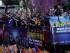 Jugadores del club Barcelona saludan desde un autobús durante las celebraciones por la obtención del quinto título en la Liga de Campeones el domingo 7 de enero de 2015. (Foto AP/Emilio Morenatti)