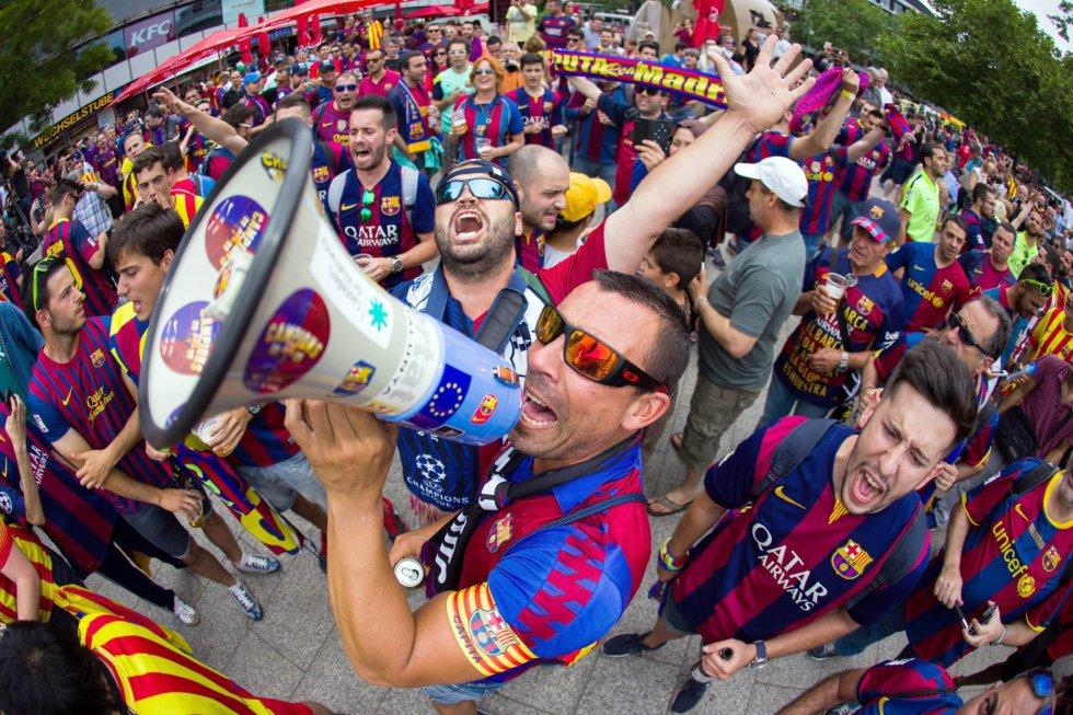 La fans zona de los seguidores del Barça. LUKAS SCHULZE (EFE)