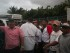 Un grupo de personas adeptas al Gobierno venezolano bloquea el paso del autobús donde se moviliza el senador y excandidato presidencial brasileño Aécio Neves, acompañado de otros senadores de su país, en la salida del aeropuerto el jueves 18 de junio del 2015, en Maiquetia (Venezuela). EFE/FABIOLA FERRERO