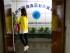 En esta imagen, tomada el 14 de abril de 2015, una mujer entra en las oficianas de la empresa estatal china Wenzhou Cereals Oils & Foodstuffs Foreign Trade Corporation en la provincia de Zhejiang. Fiscales italianos sostienen que más de 4.500 millones de euros (4.900 millones de dólares) _ procedentes de falsificaciones, prostitución, explotación laboral y evasión fiscal _ habían pasado de forma ilegal de Italia a China en menos de cuatro años empleando un servicio de transferencia de dinero y con ayuda de bancos estatales. (Foto AP/Mark Schiefelbein)
