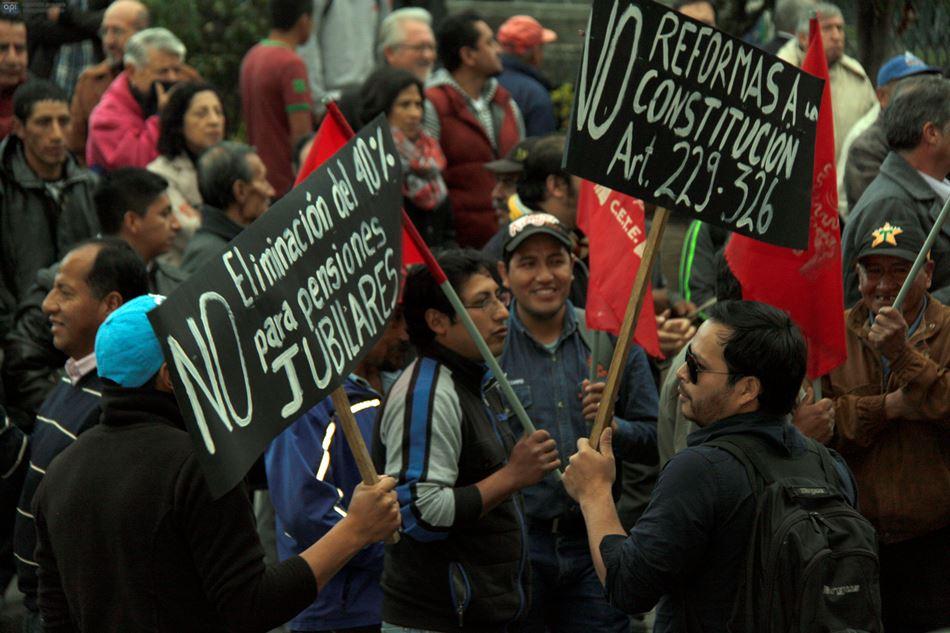Cuenca, 24 de junio del 2015. Trabajadores realizaron un plantón en protesta contra el gobierno. FOTO API/BORIS ROMOLEROUX