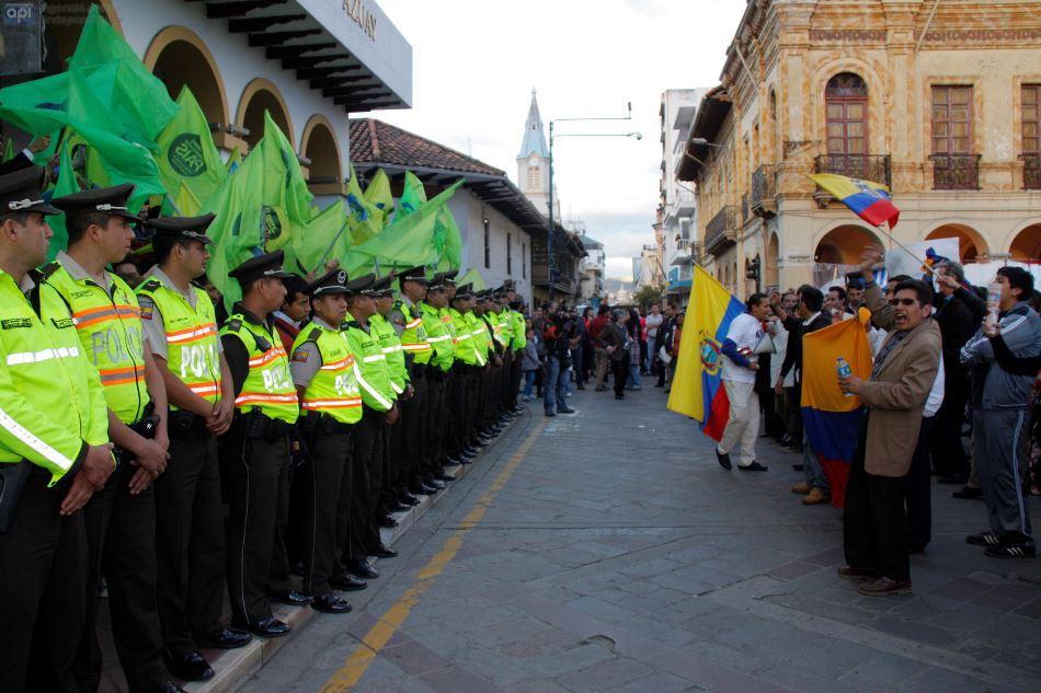 Cuenca 9 de junio del 2015 en la tarde de hoy los simpatizantes de alianza país y los que están en contra de los impuestos de herencias se tomaron los bajos de la gobernación del Azuay.FOTO API/BORIS ROMOLEROUX