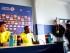 VALPARAÍSO (CHILE), 14/06/2015.- El entrenador de la selección ecuatoriana de fútbol, Gustavo Quinteros (i), conversa con los medios junto a su jugador Walter Ayovi (c) hoy, domingo 14 de junio de 2015, durante la conferencia de prensa en el Estadio Elias Figueroa Brander, en Valparaíso. El combinado ecuatoriano prepara su próximo encuentro contra Bolivia que se disputará el lunes 15 de junio en el Estadio Elias Figueroa Brander. EFE/OSVALDO VILLARROEL.