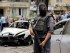 Un policía egipcio vigila el sitio donde se registró un atentado contra el convoy en el que viajaba el fiscal estatal de Egipto An en el distrito de Heliópolis, El Cairo, el lunes 29 de junio de 2015. (Foto AP/Amr Nabil)