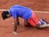 Foto de archivo. Roger Federer se levanta luego de resbalarse durante su partido contra Stan Wawrinka por los cuartos de final del Abierto de Francia el 2 de junio del 2015. Wawrinka se impuso en sets corridos. (AP Photo/David Vincent)