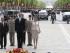 Los Reyes don Felipe y doña Letizia acompañados por el presidente, François Hollande (i), durante la tradicional ofrenda ante la tumba del soldado desconocido que han realizado el martes 2 de junio de 2015. EFE/Ballesteros