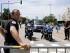 Agentes policiales bloquean la zona donde se produjo un ataque a una fábrica de gas en Saint-Quentin-Fallavier, al sureste de Lyon, Francia, viernes 26 de juniio de 2015. Una cabeza cercenada apareció en el portón de entrada a la planta junto con banderas con inscripciones en árabe. (AP Foto/Laurent Cipriani)