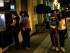 Personas retiran dinero de un cajero automático en el sector de Monastiraki, en Atenas, a primeras horas del lunes 29 de junio de 2015. Grecia anunció que los bancos estarían cerrados durante seis días e impuso límites a los retiros de dinero. (AP Foto/Petros Karadjias)