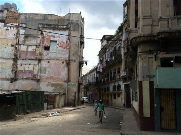 Esta fotografía del 17 de mayo de 2015 muestra una calle de La Habana, Cuba. Agencias de viajes y revistas de lujo están alentando a los turistas a que viajen a Cuba antes de que cambie. Pero quienes quieran ir y ver a bailarines de salsa en la calle o a los carros de la década de 1950, deben estar dispuestos a prescindir de la comodidad que implican los cajeros automáticos, las tarjetas de crédito, el acceso al Wi-Fi, el aire acondicionado, los cinturones de seguridad e, incluso, el papel higiénico. (Foto AP/Beth J. Harpaz)