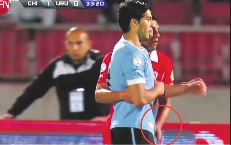 El jugador chileno Gonzalo Jara, y el uruguayo Luis Suárez, en un partido de 2015.