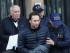 Hugo Jinkis, izquierda, y su hijo Mariano, en el medio, son escoltados por la policía tras entregarse a la justicia argentina, el jueves 18 de junio de 2015. Los dos empresarios argentinos son buscados en Estados Unidos por el caso de sobornos en la FIFA. (AP Foto/Maxi Failla)