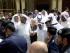 KWT45 KUWAIT (KUWAIT) 26/06/2015.- El emir de Kuwait, Sabah al Ahmad al Sabah (c), visita la mezquita de Al Iman al Sadik tras un atentado en Kuwait, Kuwait, hoy, viernes 26 de junio de 2015. Al menos 25 personas murieron hoy y otras 202 resultaron heridas en un atentado suicida contra una mezquita chií situada en el centro de la capital del emirato de Kuwait, informó el Ministerio de Interior citado por la televisión oficial. El ataque, que se registró durante la oración del mediodía de hoy, fue reivindicado por el grupo terrorista Estado Islámico. EFE/Raed Qutena