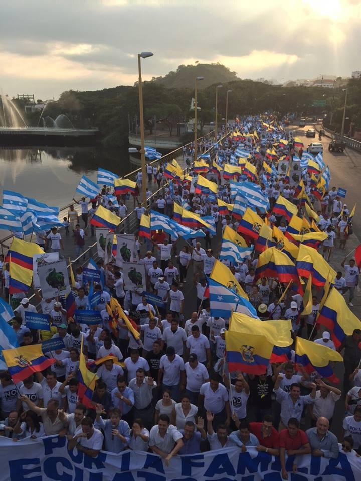 Marcha liderada oor Guillermo Lasso, en Guayaquil, la tarde del viernes 19 de jujnio de 2015.