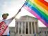 Carlos McKnight de Washington, ondea una bandera a favor del matrimonio gay a las afueras de la Suprema Corte el viernes 26 de junio de 2015, luego de que se aprobara el matrimonio entre parejas del mismo sexo en todo Estados Unidos. (Foto AP/Jacquelyn Martin)
