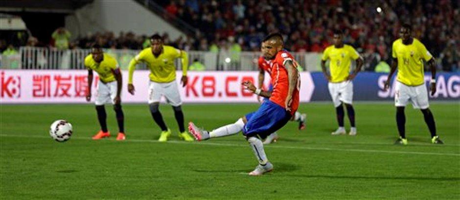 El jugador de Chile, Arturo Vidal, anota un gol de penal ante Ecuador en la Copa América el jueves, 11 de junio de 2015, en Santiago. (AP Photo/Natacha Pisarenko)