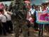 Estudiantes se forman detrás de un soldado durante el inicio de una ceremonia oficial en Puerto Ocopa, Perú, el miércoles 3 de junio de 2015. Los militares llevaron medicinas, cuadernos, libros y alimentos a un remoto orfanato católico en la selva central de Perú que albergó desde hace más de un siglo a niños de la etnia asháninka, la más numerosa de la Amazonía, que escapaban de la esclavitud a la que fueron sometidos por traficantes de caucho y Sendero Luminoso. (AP Foto/Rodrigo Abd)