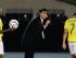 Foto de archivo. El técnico de Ecuador, Gustavo Quinteros, centro, imparte instrucciones al jugador Jefferson Montero, derecha, en un partido contra Chile por la Copa América el jueves, 11 de junio de 2015, en Santiago.(AP Photo/Ricardo Mazalan)