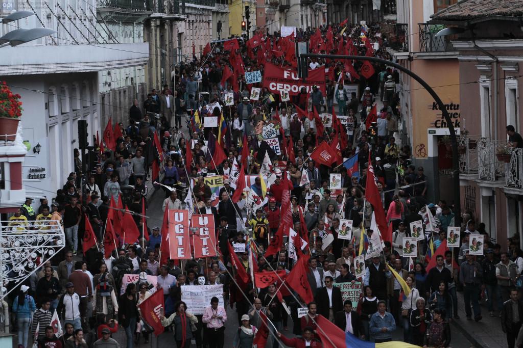 ECUADOR - QUITO - 18/06/2015 - Marcha de los trabajadores. FOTOS API/JUANCEVALLOS.