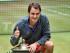 El suizo Roger Federer con el trofeo de campeón del Abierto de Halle, el domingo 21 de junio de 2015. (AP Foto/Martin Meissner)