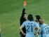 El árbitro Sandro Ricci muestra la tarjeta roja al jugador de Uruguay, Edinson Cavani (21), en un partido contra Chile por los cuartos de final de la Copa América el miércoles, 24 de junio de 2015, en Santiago, Chile. (AP Photo/Silvia Izquierdo)
