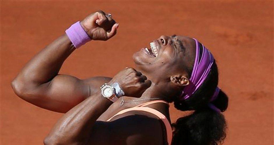 La estadounidense Serena Williams celebra tras ganar la final de Roland Garros ante Lucie Sadarova, de la República Checa, por 6-3, 6-7 y 6-2 en París, Francia el sábado 6 de junio de 2015. (Foto AP/David Vincent)