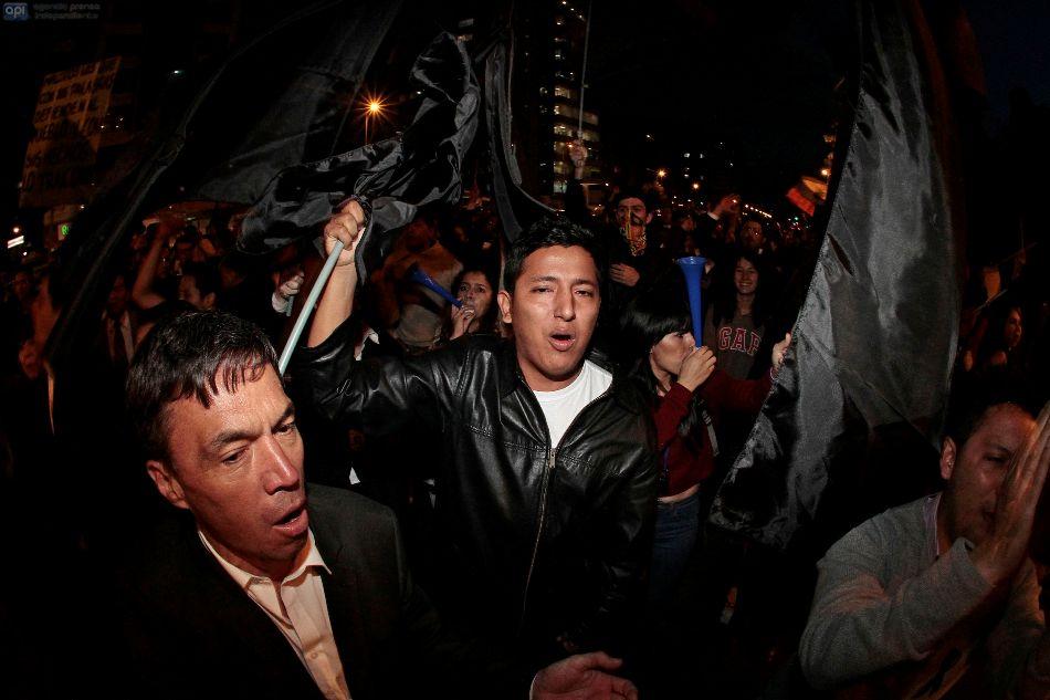 QUITO 09  DE JUNIO DE 2015. Plantonera en la avenida Shirys de opocitores y simpatizantes de gobierno. FOTOS AFP/JUAN CEVALLOS.