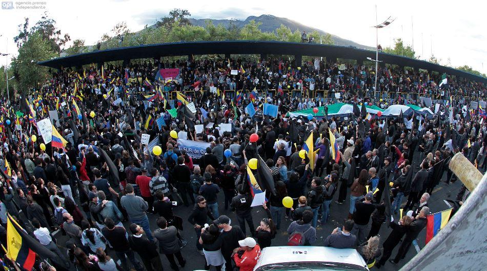 ECUADOR - QUITO - 25/06/2015 - Plantonera en contra del Gobierno del Presidente Rafael Correa. FOTOS API/JUANCEVALLOS.
