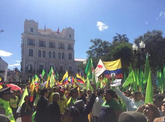 Simpatizantes del mandatario Rafael Correa en la Plaza Grande el lunes 15 de junio de 2015. Foto: Presidencia