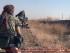 En esta foto proporcionada por un sitio web de extremistas del grupo Estado Islámico, tomada el jueves 25 de junio de 2015, miembros de dicho grupo se dirigen hacia los puestos de las fuerzas del gobierno sirio en la ciudad siria predominantemente curda de Hassakey, Siria. (Sitio del Estado Islámico vía AP)