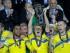 Oscar Hiljemark, de la selección de Suecia, alza el trofeo tras el triunfo por penales sobre Portugal en la final de la Euro sub21, el martes 30 de junio de 2015, en Praga (AP Foto/Petr David Josek)