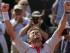 Stan Wawrinka festeja su victoria en cuatro sets ante Jo-Wilfried Tsonga en las semifinales del Abierto de Francia el 5 de mayo del 2015 en París, El suizo ganó 6-3, 6-7, 7-6, 6-4. (AP Photo/Francois Mori).