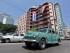 Un auto pasa frente a un edificio donde se expone la bandera cubana y la del movimiento del 26 julio el martes 21 de julio de 2015, en La Habana (Cuba), un día después de la apertura de la Embajada de estados Unidos en la Isla. EFE/Ernesto Mastrascusa
