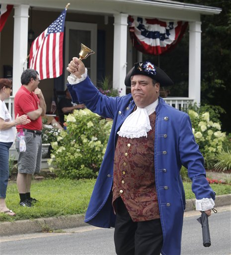 John Wallmeyer vestido como el patriota de la independencia Patrick Henry marcha en el desfile anual del Día de la Independencia en Ashland, Virginia, sábado 4 de julio de 2015. (Joe Mahoney/Richmond Times-Dispatch via AP)