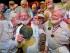 Fotografía del sábado 25 de julio de 2015 provista por la organización Florida Keys News Bureau, en la que aparece Charlie Boice (al centro) siendo felicitado por ganadores previos de un concurso en busca de personas parecidas a Ernest Hemingway, en el bar Sloppy Joe's en Cayo Hueso, Florida. (Andy Newman/Florida Keys News Bureau vía AP)