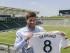 El nuevo mediocampista del Galaxy de Los Ángeles, Steven Gerrard, presenta el jersey de su nuevo equipo durante una conferencia en el StubHub Center de Carson, California el martes 7 de julio de 2015. El ex capitán de la selección inglesa podría jugar este fin de semana con su nuevo equipo. (Foto AP/Damian Dovarganes).