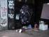 Un desamparado duerme en una acera en Atenas el 25 de julio del 2015. Grecia y sus prestamistas estudiaban el formato de las próximas conversaciones, dijo el ministro de trabajo el 26 de julio del 2015, confirmando una demora en las negociaciones para el tercer rescate financiero internacional de la nación. (AP Foto/Giannis Papanikos)