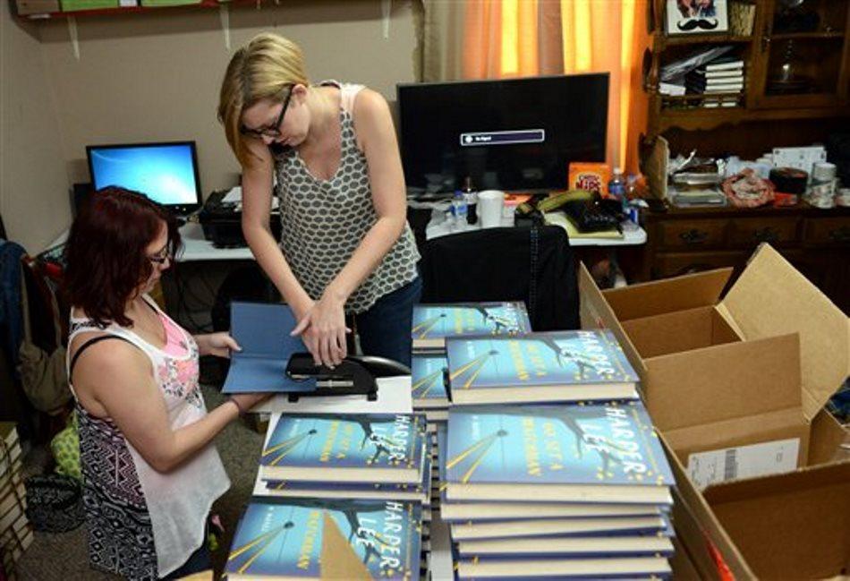 """Jane MacAdam, a la izquierda, y Ginny Bordeaux sellan ejemplares de """"Go Set a Watchman"""" (""""Ve y pon un centinela"""") de Harper Lee en la librería Ol' Curiosities & Book Shoppe en Monroeville, Alabama, la ciudad natal de la autora de """"Matar un ruiseñor"""", el martes 14 de julio del 2015. (AP Foto/Andrea Mabry)"""