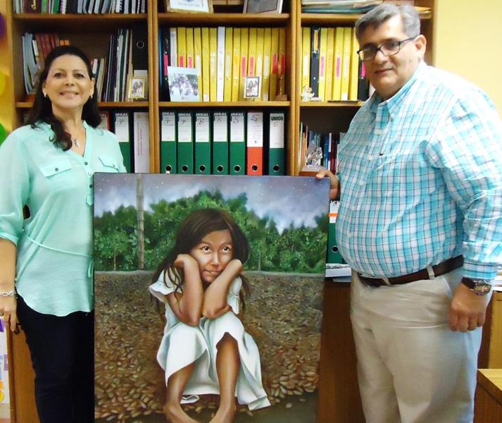 María Fernanda Cereceda entegando el cuadro al Padre Alaña.