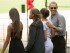 Presidente Barack Obama, acompañado por su hija Sasha, 2da derecha, y dos amigas de ella pasea por el Central Park de Nueva York, sábado 18 de julio de 2015. (AP Foto/Andrew Harnik)