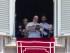 El papa Francisco usa una tableta para registrarse para el Día Mundial de la Juventud, que se realizará el año próximo en Polonia, en la ventana de su despacho, que da hacia la Plaza de San Pedro en el Vaticano, el domingo 26 de julio de 2015. (Foto AP/Alessandra Tarantino)