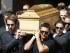 Los pilotos de Fórmula Uno, Jean Eric Vergne, izquierda, Pastor Maldonado, derecha, y Felipe Massa, segundo desde la derecha, cargan el féretro del piloto francés Jules Bianchi durante su funeral el martes, 21 de julio de 2015, en Niza, Francia. (AP Photo/Lionel Cironneau).