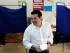 El primer ministro griego, Alexis Tsipras, vota en un colegio electoral en Atenas, el domingo 5 d ejulio de 2015. Los griegos empezaron a votar el domingo por la mañana en un referendo seguido a nivel internacional, que decide el futuro del país y de lass negociaciones con sus acreedores internacionales. (AP Foto/Petros Karadjias)