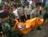 Personal militar carga con una bolsa para cadáveres que contiene los restos de una víctima del accidente, luego de que un avión militar de transporte se estrelló en Medan, en el norte de la isla de Sumatra, Indonesia, el 30 de junio de 2015. (Foto AP /Binsar Bakkara)