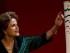La presidenta brasileña Dilma Rousseff admira la antorcha olímpica durante su presentación en una ceremonia en Brasilia, Brasil, el viernes 3 de julio de 2015. Brasil será la sede de los Juegos Olímpicos de 2016. (Foto AP/Joedson Alves)